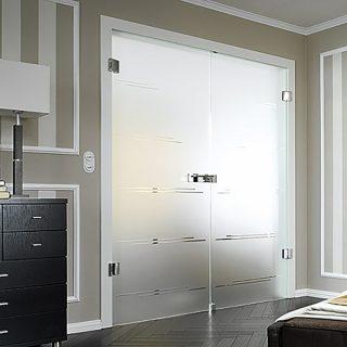 Двухстворчатые маятниковые стеклянные двери  Стандартные размеры:  60-90 CM (Ширина) X 200 CM (Высота)  Наполнение: стеклянная панель размером 200х60 см, металлические крепления и дверные ручки. Открываются в обе стороны.  Базовая цена: