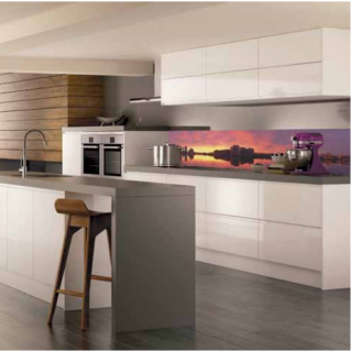 """Характеристики Фартук для кухни из серии """"Закат"""". Стандартные размеры:  - 300 CM (Ширина) X 60CM (Высота)  Наполнение: стеклянная панель размером 300х60 см."""