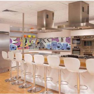 """Характеристики Фартук для кухни из серии """"Граффити"""". Стандартные размеры:  - 300 CM (Ширина) X 60CM (Высота)  Наполнение: стеклянная панель размером 300х60 см."""