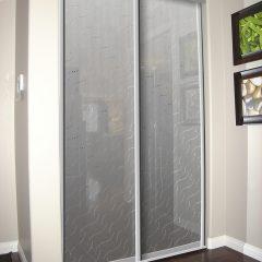 2-дверный стеклянный шкаф-купе «Колье» с декоративным зеркалом сатин Серебро