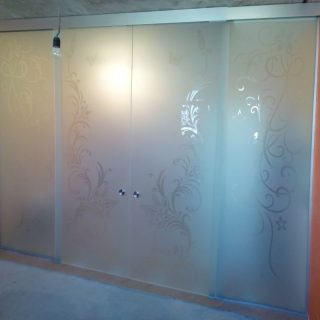 Одностворчатая раздвижная цветная стеклянная дверь.  Стандартные размеры:  60-90 CM (Ширина) X 200 CM (Высота)  Наполнение: стеклянная панель размером 200х90 см, металлические крепления и дверные ручки.  Базовая цена: