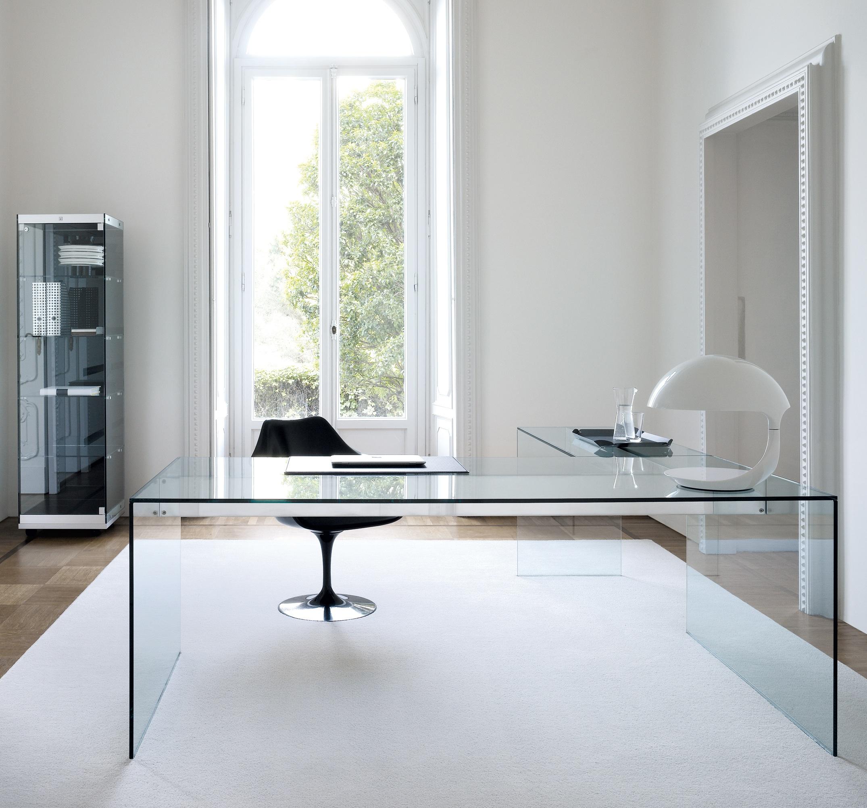 """Прямоугольный стол выполненный полностью из прозрачного тонированного стекла. Отлично подойдет для рабочего кабинета или офиса.   Толщина: 8 мм.  Размеры: 700мм(высота)х1500мм(длина)х400мм(ширина)  [contact-form-7 id=""""2692"""" title=""""Заказать обратный звонок""""]"""