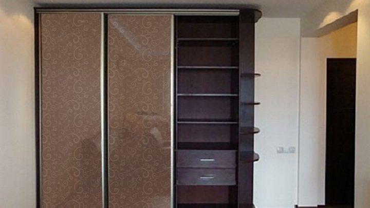 3-дверный шкаф-купе с деревянной секцией