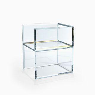 Стулиз прозрачного закаленного стекла представляет собой форму своеобразного дизайнерского куба. Фацетная обработка создает уникальную игру света и преломлений. Толщина стекла: 200мм. Размеры: 700мм(высота)х700мм(длина)х700мм(ширина)