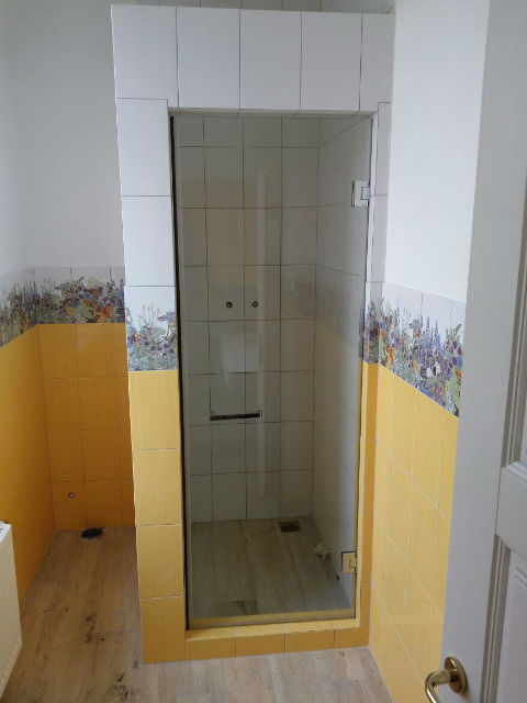 Дверь в душевую прозрачное стекло 136